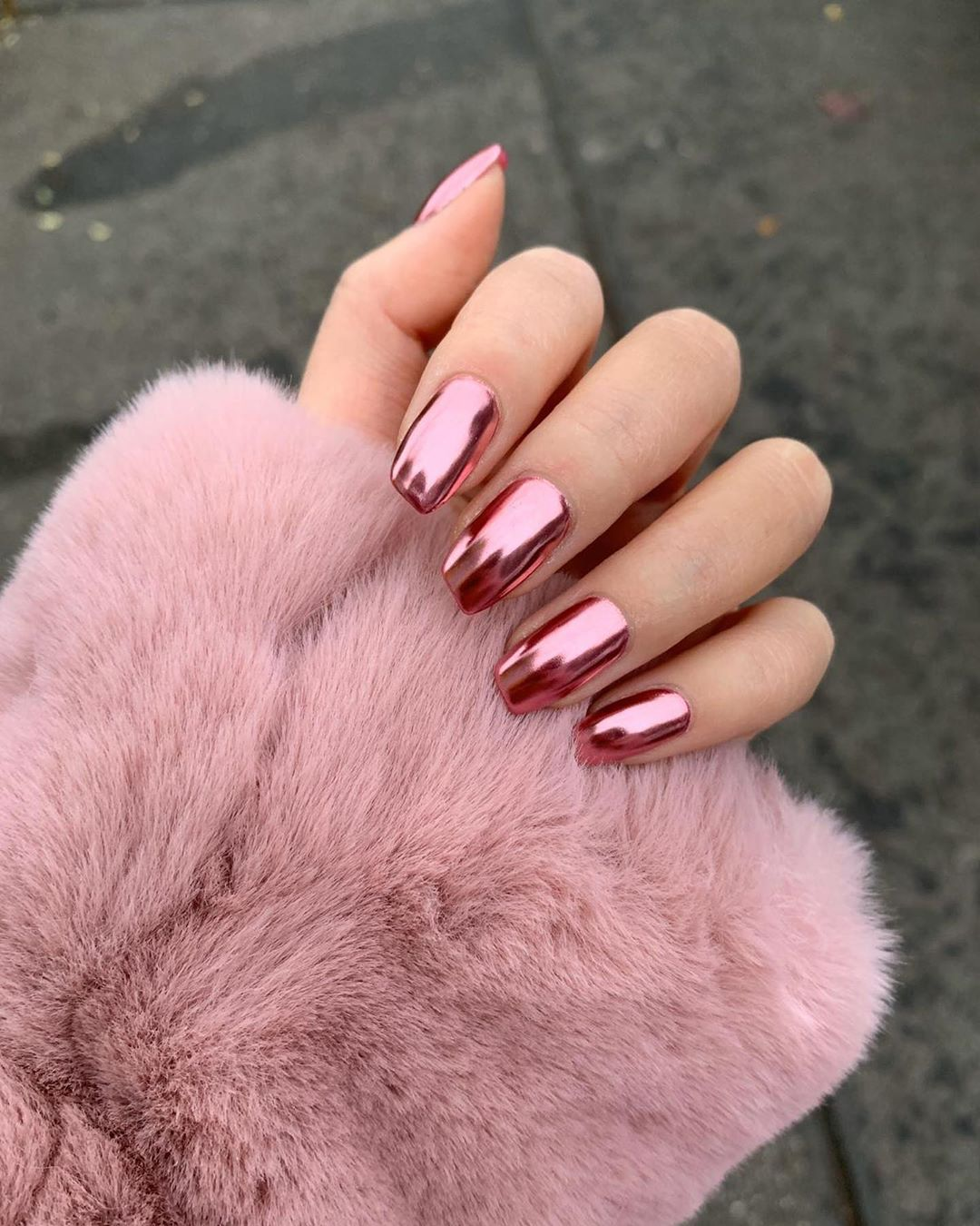 Mirror-like pink chrome nails
