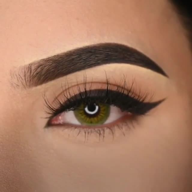 Sculpted eyebrows & winged eyeliner