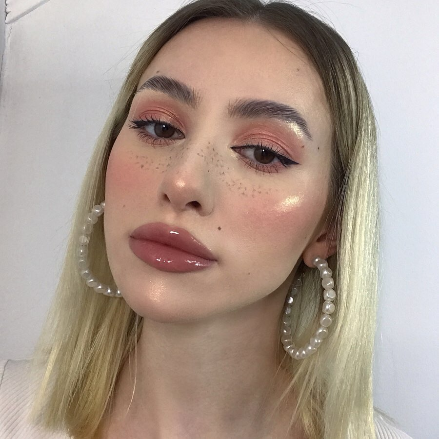 Drawn on Faux Freckles Look with eyeliner