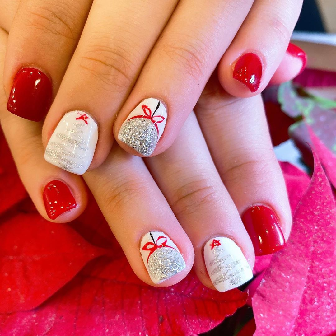 Image of nails with a lot of glitter and Christmas spirit